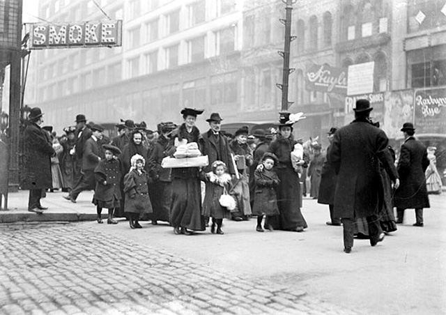 Downtown Chicago shoppers in 1908!